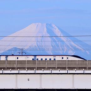富士山とE7系新幹線[鉄道風景]