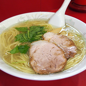 """函館朝市でイカ、がごめ昆布に塩ラーメン。""""函館ならでは""""のおいしいものを半日で食べ歩き"""