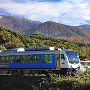 秋のお出かけに乗ってみませんか? 紅葉名所を走る、楽しい列車をご紹介