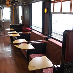 野沢菜漬をお茶うけに。飯山線観光列車「おいこっと」で、信州ほのぼの列車旅